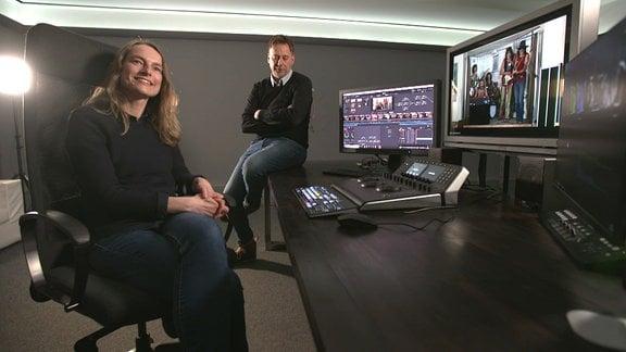 Christiane Hiam vor Rechner beim Grading im Hintergrund Ralf Jesse