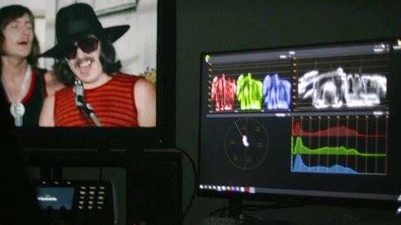 Bildschirm nah, Bild aus Film / Sänger rechts, Bearbeitungsprogramm rechts