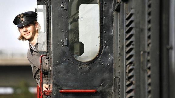 Ein junger Mann auf dem Führerstand einer Diesellok