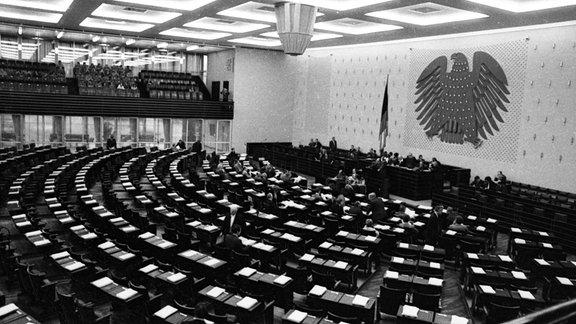 1974 debattiert der Deutsche Bundestag in Bonn.