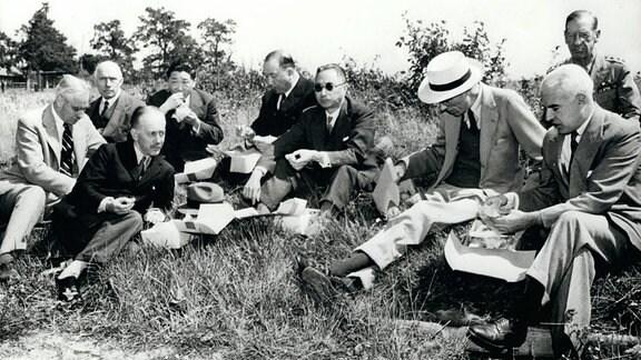 Joseph C. Hrew, Stanley Hornbeck, Sir Alexander Cadogan, Dr. Wallington Koo, Lord Haltfazer, Edward R. Stettinius und Gen. Stanley Embick, 1944