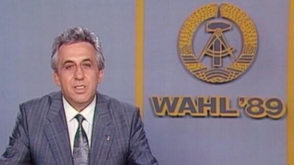Egon Krenz in einem Fernsehstudio mit DDR-Emblem und Schriftzug Wahl '89