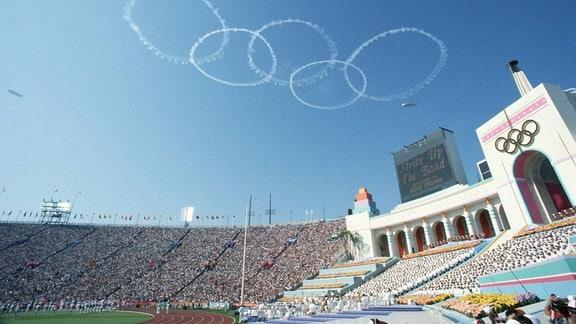 Während der Eröffnungsfeier der Olympischen Spiele 1984 in Los Angeles stehen die Olympischen Ringe am Himmel über dem ausverkauften Olympiastadion