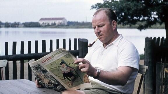 Mann beim Zeitung lesen  - Satireblatt Eulenspiegel