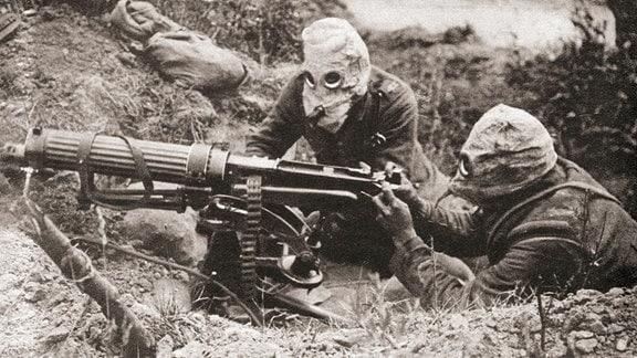 zwei Soldaten mit Gasmaske im 1ten Weltkrieg