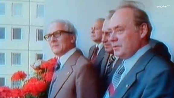 Erich Honecker auf dem Balkon einer Plattenbauwohnung