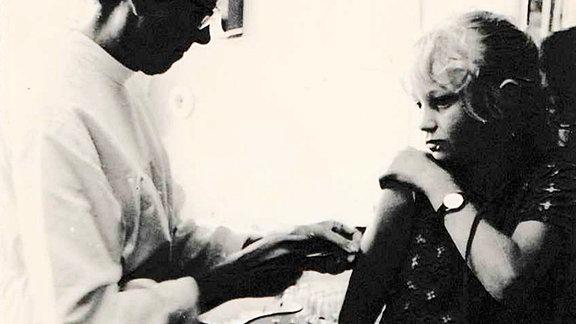 Putbus 1970, Silvia bekommt ihre Insulinspritze. Die Schwester, die sie ihr gibt, ist selbst Diabetikerin