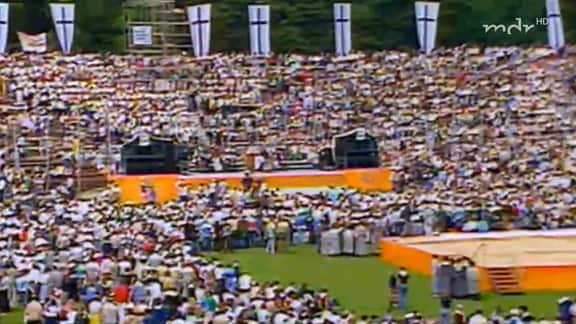Große Menschenmenge in einem Stadion