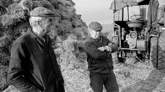 Bauern und Traktor an einer Rübenmiete, 1988