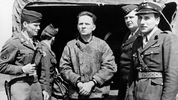 Der berüchtigte Kommandant des Konzentrationslagers Auschwitz (Polen), Rudolf Höss (M), Mitte der 40er Jahre auf dem Flugplatz in Nürnberg. Er wird zusammen mit einer Gruppe Offiziere nach Polen ausgeliefert.