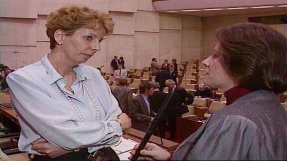 Sabine Bergmann-Pohl wird am 05. April 1990 nach ihrer Wahl zur Präsidentin der Volkskammer interviewt
