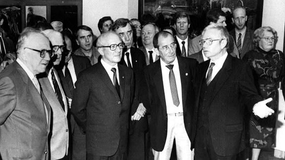 Staatsratsvorsitzender Erich Honecker (vorn 3.v.li., GDR/SED), Maler Willi Sitte (vorn 2.v.re., GDR), Horst Sindermann (GDR/SED/Präsident der Volkskammer) und Willi Stoph (2.v.li., GDR/SED/Vorsitzender des Ministerrates der DDR) während der X. Kunstausstellung der DDR in Dresden, 03.10.1987