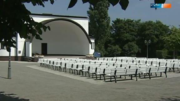 Überdachte Bühne und leere Stuhlreihen