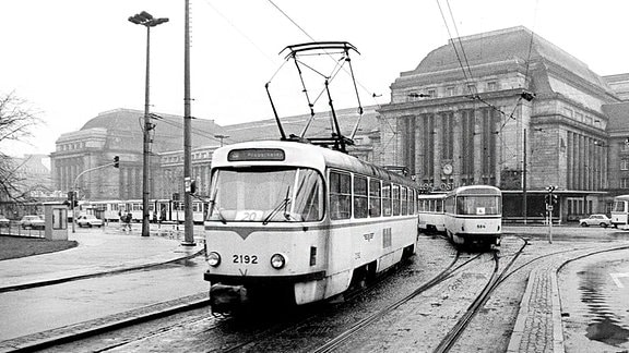 Straßenbahn vor dem Leipziger Hauptbahnhof zu DDR-Zeiten.