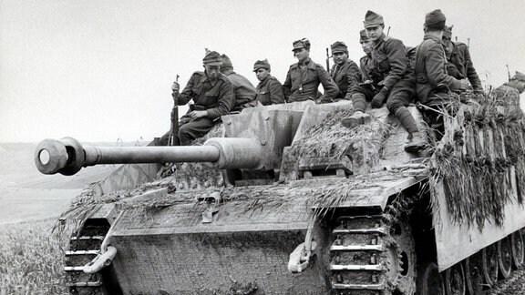 Sturmgeschütz III der Wehrmacht mit aufgesessener Infanterie