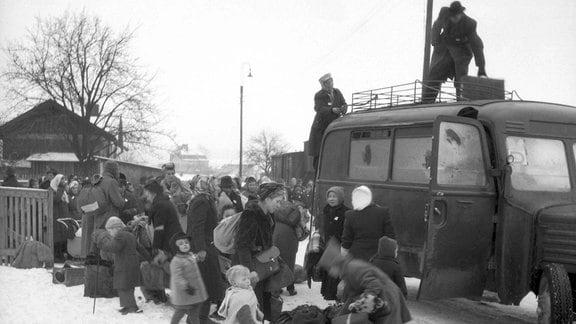 Deutsche Staatsbürger, die in der Tschechoslowakei geboren wurden und deren Vorfahren seit Jahrhunderten in tschechischen Ländern leben, werden gewaltsam nach Deutschland deportiert.