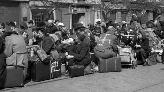 Deutsche Staatsbürger, die ihr ganzes Leben in Prag gelebt haben, werden gewaltsam nach Deutschland zurückgeführt.