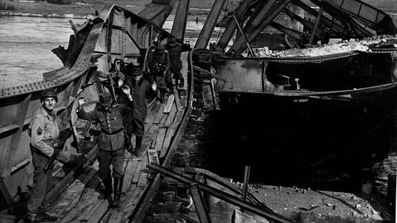 Deutsche Soldaten kommen über zerstörte Elbe-Brücke bei Tangermünde