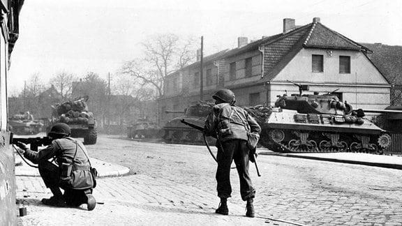 US-Soldaten und Panzer am 14. April 1945 im Kampf um Tangermünde