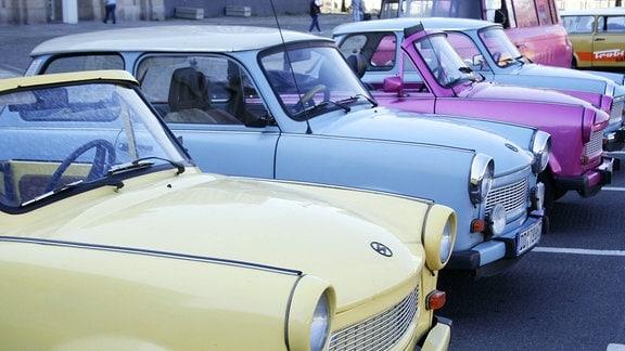 Verschiedenfarbige PKW der Marke Trabant