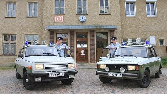 Die beiden Mitglieder der Interessengemeinschaft VEB Schwellenschutz 'Die Transportpolizei' Christian Moschall (36) li. u. Ingo Moschall (46) zeigen auf dem Bahnhofsvorplatz der Stadt Wesenberg (Mecklenburgische Seenplatte) eine Szene aus dem Alltag der Transportpolizei (Trapo) der ehemaligen DDR.