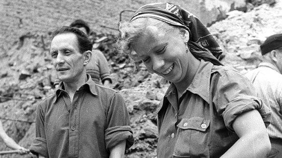 DDR 1952 - Junge gut gelaunte Trümmerfrau