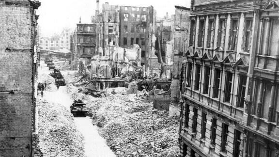 Soldaten und Panzer der 9 US Armee ziehen im April in Magdeburg ein.