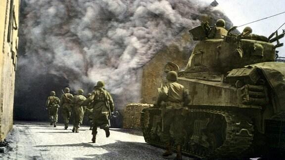 US-Soldaten und Sherman-Panzer im Kampf um ein Dorf in Deutschland
