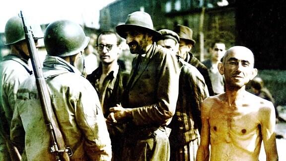 Ehemalige Häftlinge des Konzentrationslagers Buchenwald und US-Soldaten