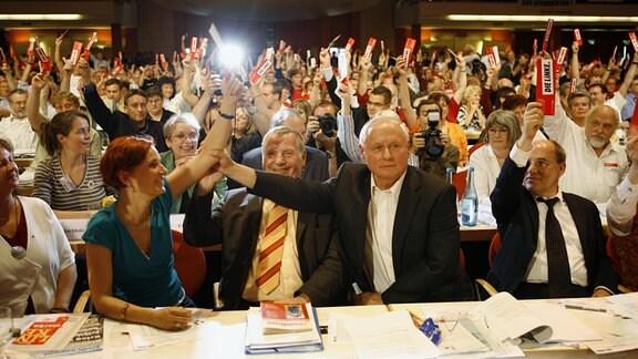V.l.n.r.: Katja Kipping (Deutschland/Die Linke/Stellvertretende Bundesvorsitzende), Lothar Bisky (Deutschland/Die Linke/Parteivorsitzender), Oskar Lafontaine (Deutschland/Fraktionsvorsitzender Die Linke) und Gregor Gysi (Deutschland/Fraktionsvorsitzender Die Linke) auf dem Gründungsparteitag der Linken in Berlin