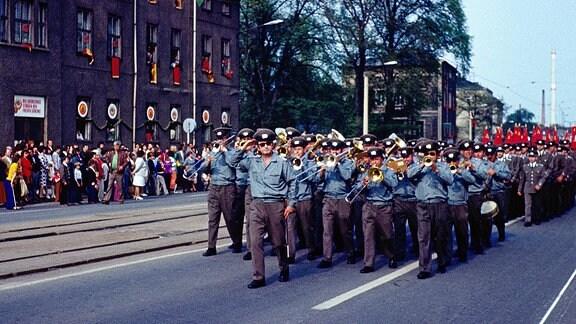 Volkspolizeiorchester beim Festumzug zur 1200-Jahr-Feier der Stadt Gotha, 1975.