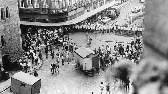 DDR-Volkspolizisten versperren am 18.09.1989 nach dem wöchentlichen Friedensgebet in der Leipziger Nikolaikirche den Kirchenbesuchern den Weg.