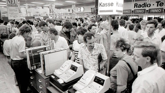 Einkaufen nach der Währungsunion in einem Dresdner Kaufhaus
