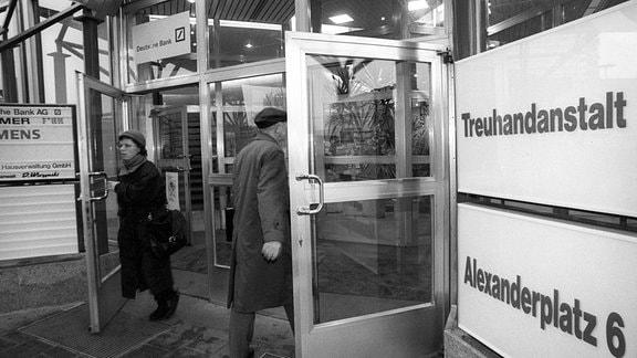 Eingang der Treuhandanstalt am Alexanderplatz in Berlin.