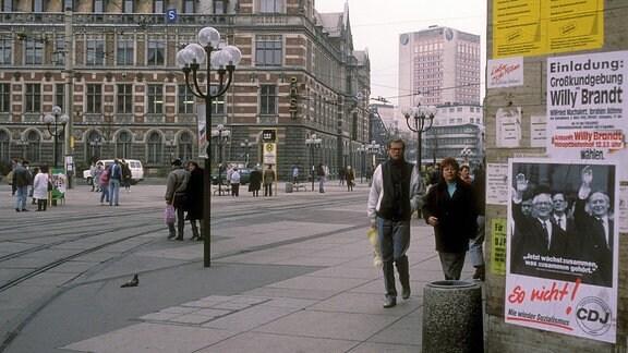 Wahlplakate in Erfurt nebst Ankündigung der Großkundgebung mit Willy Brandt