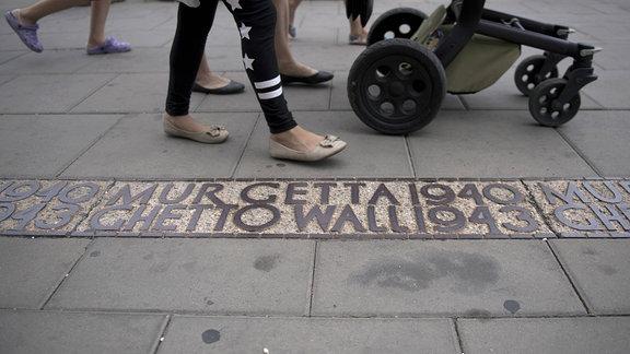 Inschrift MUR GETTA 1940/GHETTO WALL zum Gedenken an das Warschauer Ghetto