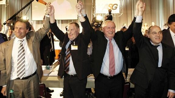 V.l.n.r.: Klaus Ernst (Stellvertretender Fraktionsvorsitzender), Lothar Bisky (Bundesvorsitzender), Oskar Lafontaine (Fraktionsvorsitzender) und Gregor Gysi (Fraktionsvorsitzender) (alle GER/Linkspartei.PDS) anlässlich des WASG Bundesparteitags in Dortmund
