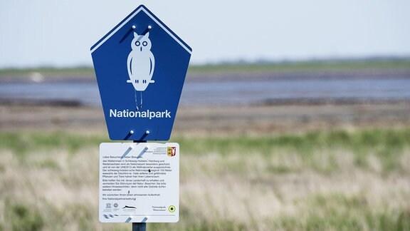 Ein Schild weist auf einen Nationalpark hin