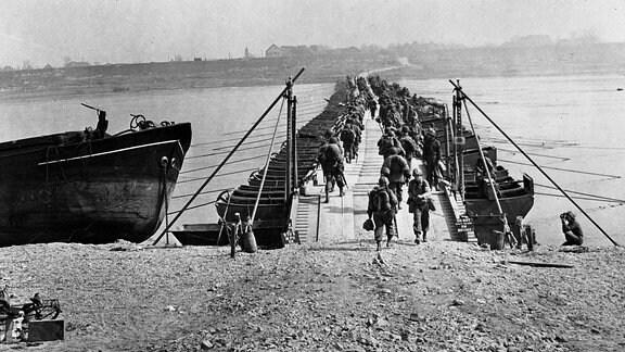 Soldaten im zweiten Weltkrieg am Ufer eines Flusses.