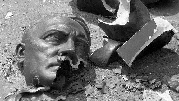Zerbrochene Büste von Adolf Hitler in Prag.