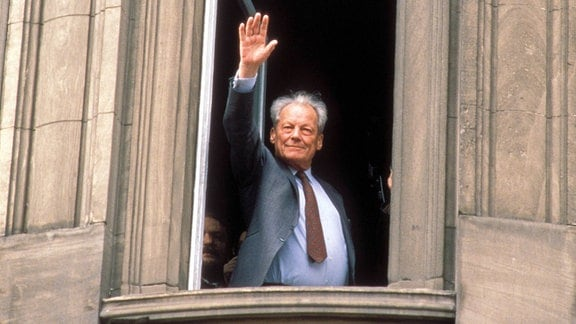 Willy Brandt winkt aus einem Fenster in Erfurt