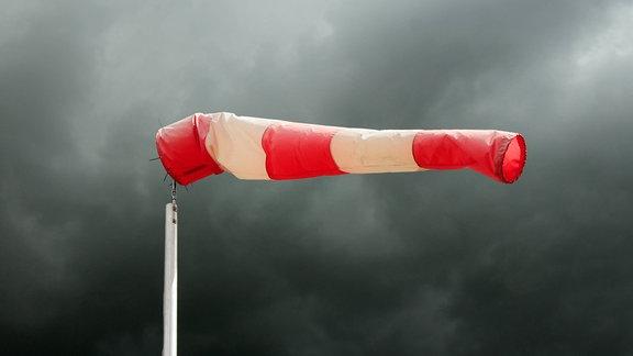 bedrohlich schwarze Wolken und Sturmböen am Flugplatz Rhinow, Brandenburg, Deutschland