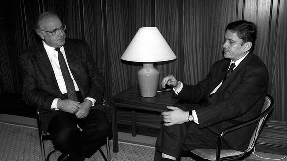 Bundeskanzler Helmut Kohl (li., Deutschland/CDU) neben Wolfgang Berghofer (re., GDR/Oberbürgermeister Dresden) anlässlich eines Treffens in Dresden, 1989