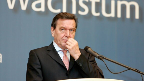 Bundeskanzler Gerhard Schroeder , SPD , vor dem Schriftzug Wachstum . Berlin , den 17.11.2004