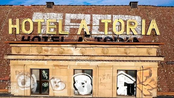 Beschädigter Schriftzug des Hotel-ASTORIA und Graffiti auf dem Dach des geschlossenen Hotels