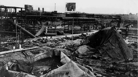 Schwarzweiß Bild vom zerstörten Brabag-Werk in Zeitz